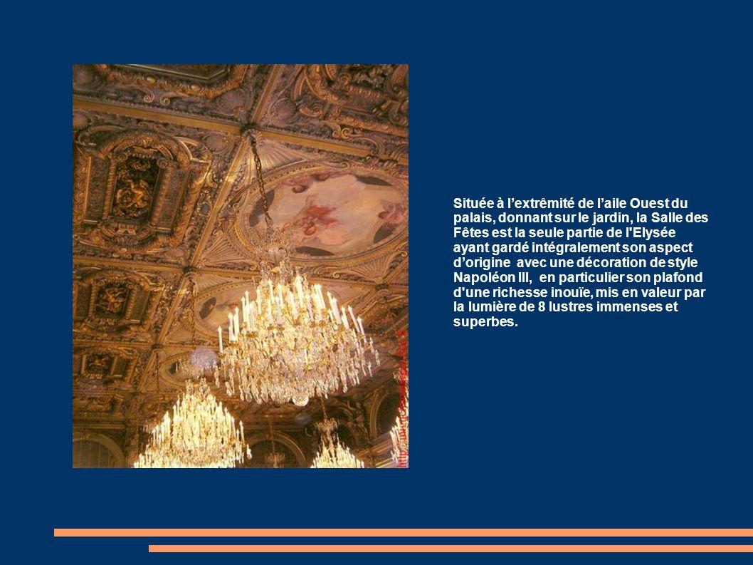 Située à l'extrêmité de l'aile Ouest du palais, donnant sur le jardin, la Salle des Fêtes est la seule partie de l Elysée ayant gardé intégralement son aspect d'origine avec une décoration de style Napoléon III, en particulier son plafond d une richesse inouïe, mis en valeur par la lumière de 8 lustres immenses et superbes.