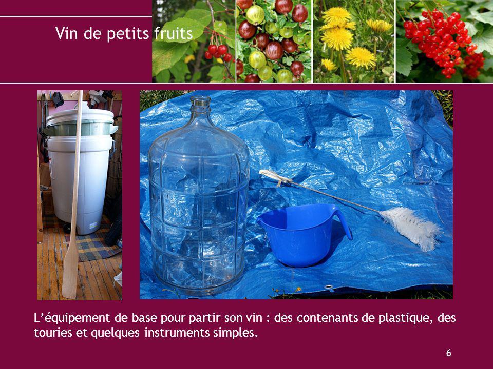 L'équipement de base pour partir son vin : des contenants de plastique, des touries et quelques instruments simples.