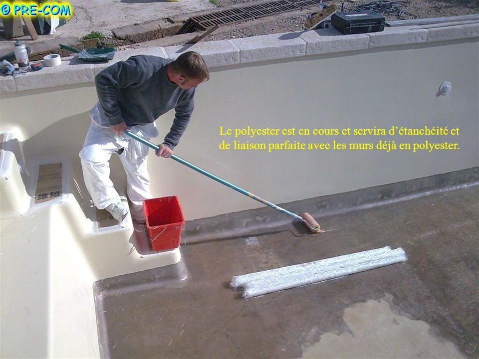 Le polyester est en cours et servira d'étanchéité et de liaison parfaite avec les murs déjà en polyester.