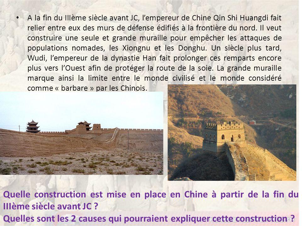 A la fin du IIIème siècle avant JC, l'empereur de Chine Qin Shi Huangdi fait relier entre eux des murs de défense édifiés à la frontière du nord. Il veut construire une seule et grande muraille pour empêcher les attaques de populations nomades, les Xiongnu et les Donghu. Un siècle plus tard, Wudi, l'empereur de la dynastie Han fait prolonger ces remparts encore plus vers l'Ouest afin de protéger la route de la soie. La grande muraille marque ainsi la limite entre le monde civilisé et le monde considéré comme « barbare » par les Chinois.