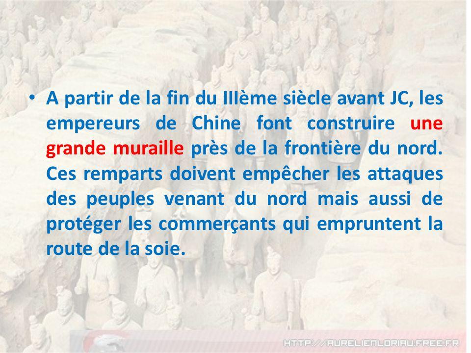 A partir de la fin du IIIème siècle avant JC, les empereurs de Chine font construire une grande muraille près de la frontière du nord.