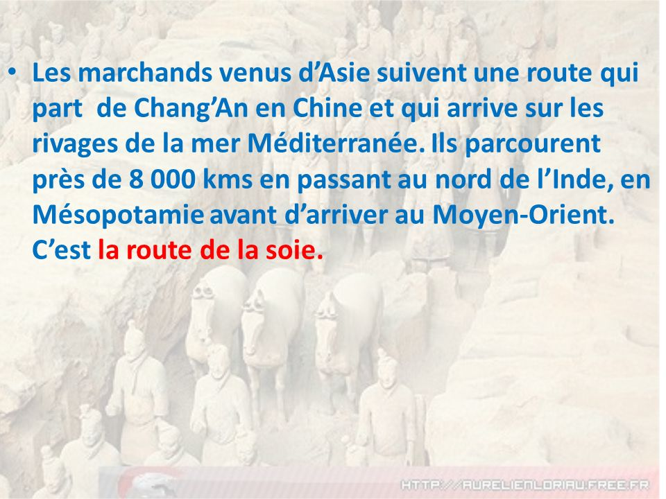 Les marchands venus d'Asie suivent une route qui part de Chang'An en Chine et qui arrive sur les rivages de la mer Méditerranée.