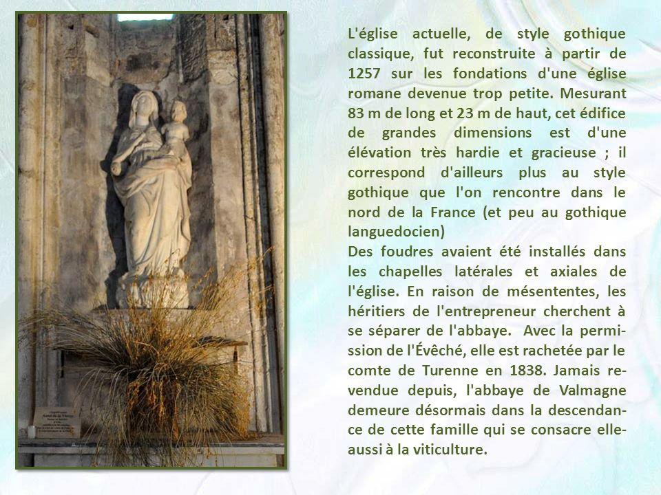 L église actuelle, de style gothique classique, fut reconstruite à partir de 1257 sur les fondations d une église romane devenue trop petite. Mesurant 83 m de long et 23 m de haut, cet édifice de grandes dimensions est d une élévation très hardie et gracieuse ; il correspond d ailleurs plus au style gothique que l on rencontre dans le nord de la France (et peu au gothique languedocien)