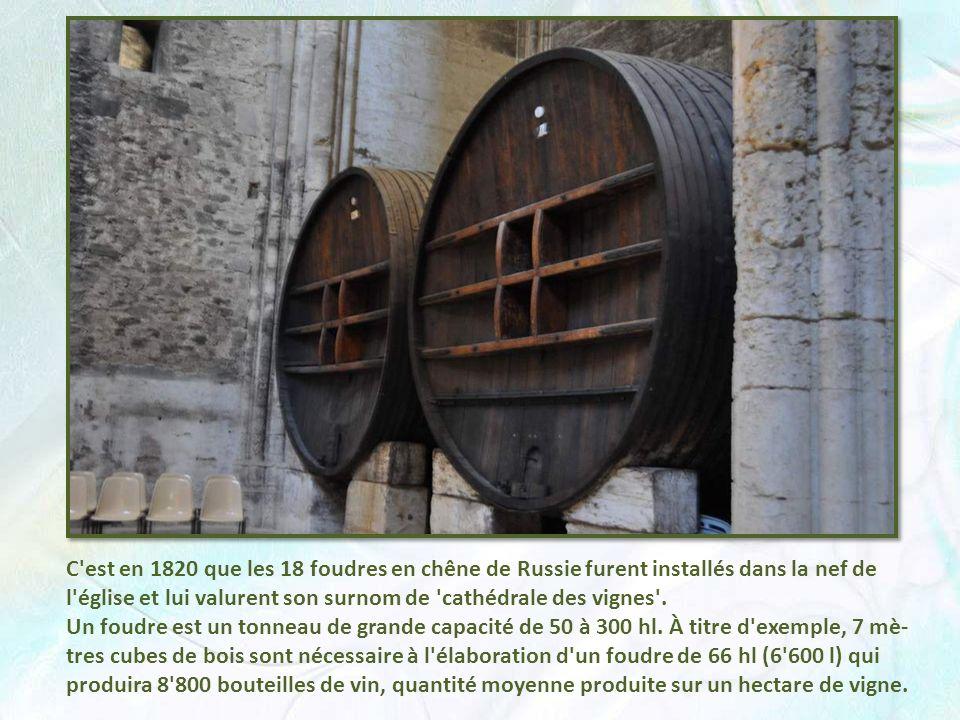 C est en 1820 que les 18 foudres en chêne de Russie furent installés dans la nef de l église et lui valurent son surnom de cathédrale des vignes .