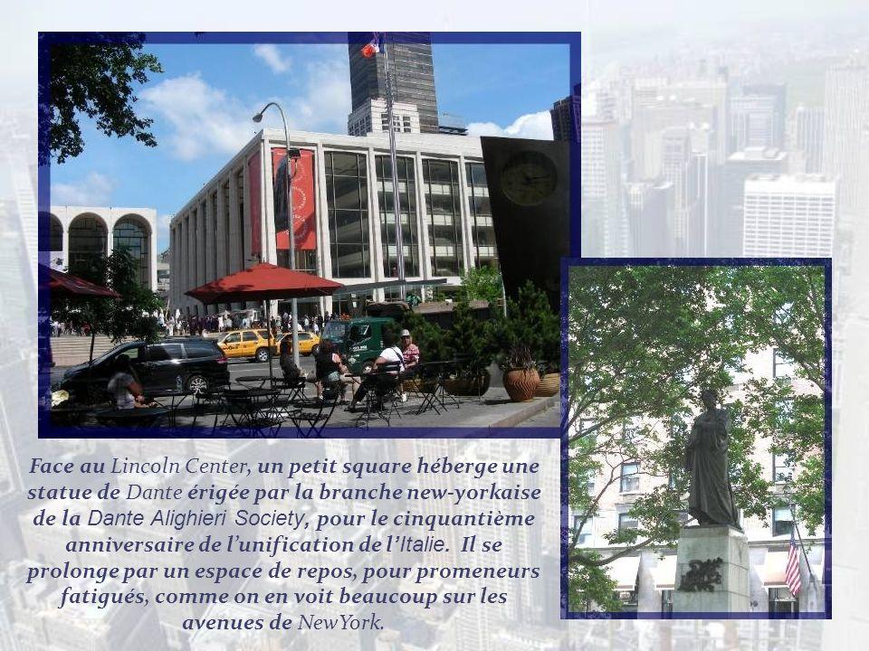 Face au Lincoln Center, un petit square héberge une statue de Dante érigée par la branche new-yorkaise de la Dante Alighieri Society, pour le cinquantième anniversaire de l'unification de l'Italie.