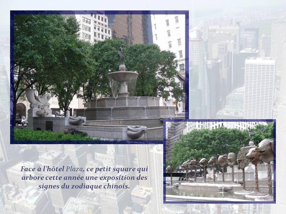 Face à l'hôtel Plaza, ce petit square qui arbore cette année une exposition des signes du zodiaque chinois.