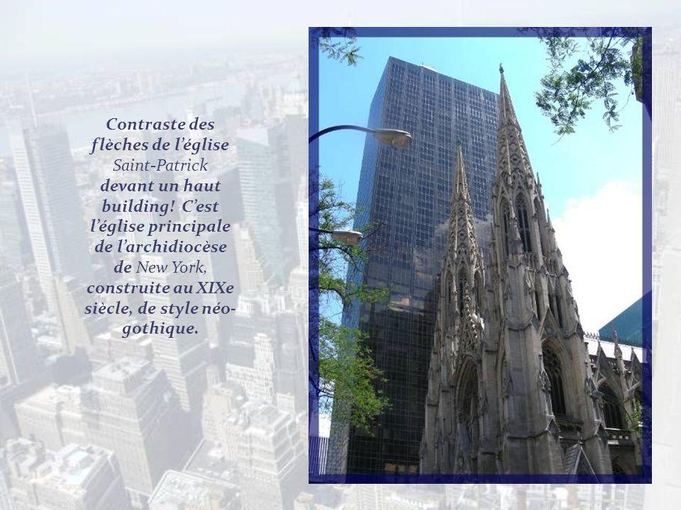Contraste des flèches de l'église Saint-Patrick devant un haut building.
