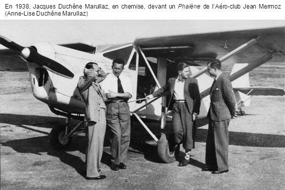 En 1938, Jacques Duchêne Marullaz, en chemise, devant un Phalène de l'Aéro-club Jean Mermoz (Anne-Lise Duchêne Marullaz)