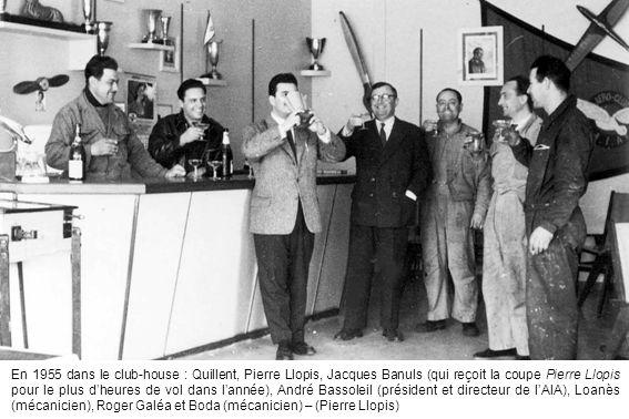 En 1955 dans le club-house : Quillent, Pierre Llopis, Jacques Banuls (qui reçoit la coupe Pierre Llopis pour le plus d'heures de vol dans l'année), André Bassoleil (président et directeur de l'AIA), Loanès (mécanicien), Roger Galéa et Boda (mécanicien) – (Pierre Llopis)