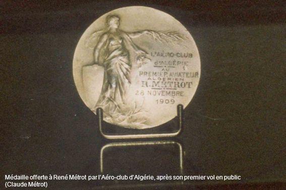 Médaille offerte à René Métrot par l'Aéro-club d'Algérie, après son premier vol en public