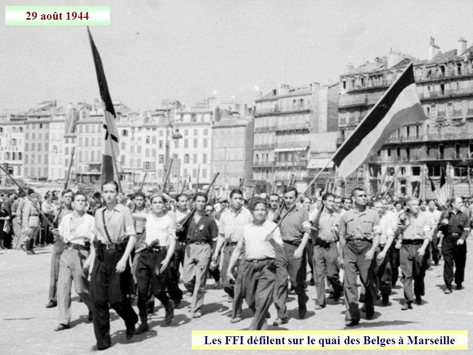 Les FFI défilent sur le quai des Belges à Marseille