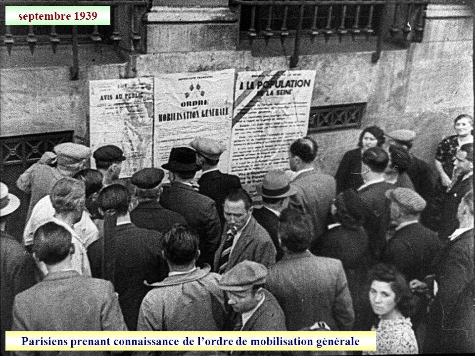 Parisiens prenant connaissance de l'ordre de mobilisation générale