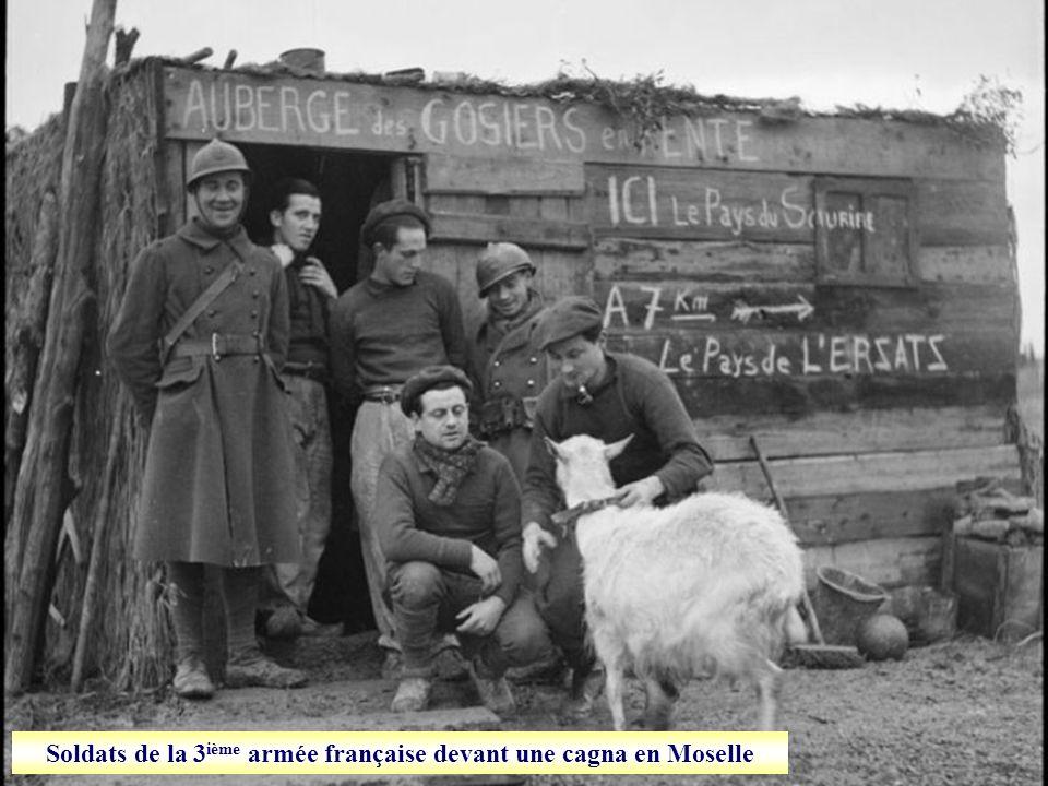 Soldats de la 3ième armée française devant une cagna en Moselle