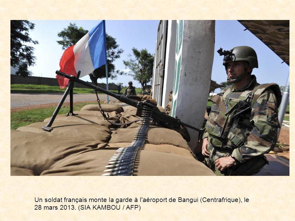 Un soldat français monte la garde à l aéroport de Bangui (Centrafrique), le 28 mars 2013.