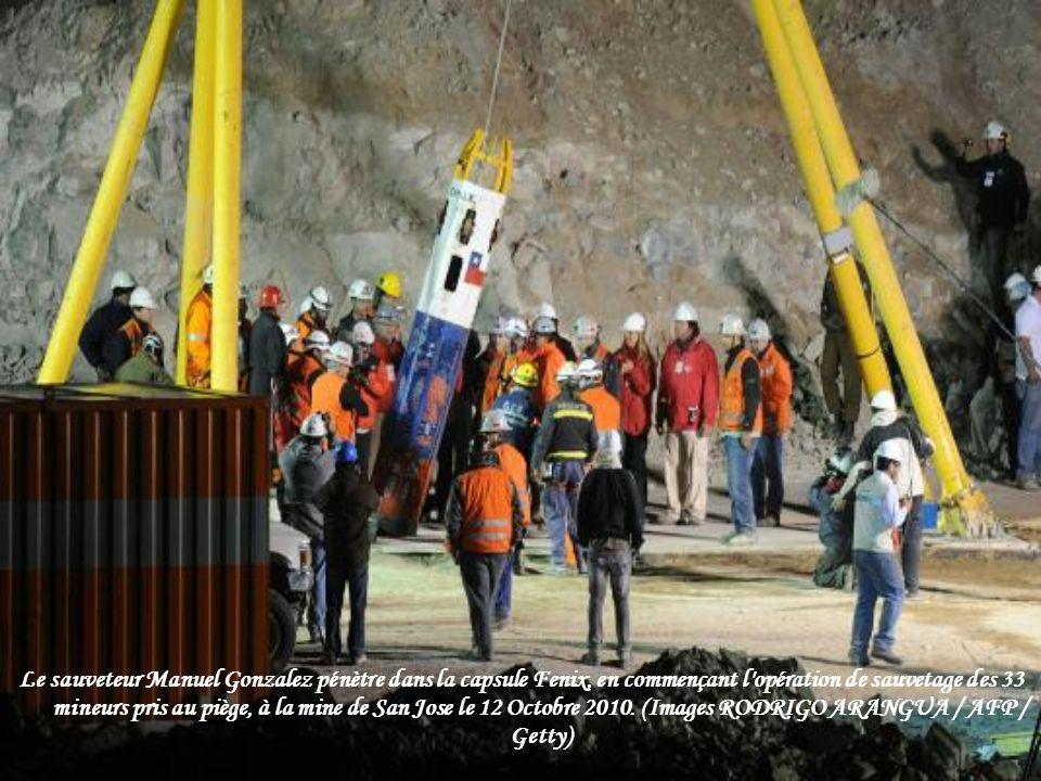 Le sauveteur Manuel Gonzalez pénètre dans la capsule Fenix, en commençant l opération de sauvetage des 33 mineurs pris au piège, à la mine de San Jose le 12 Octobre 2010.
