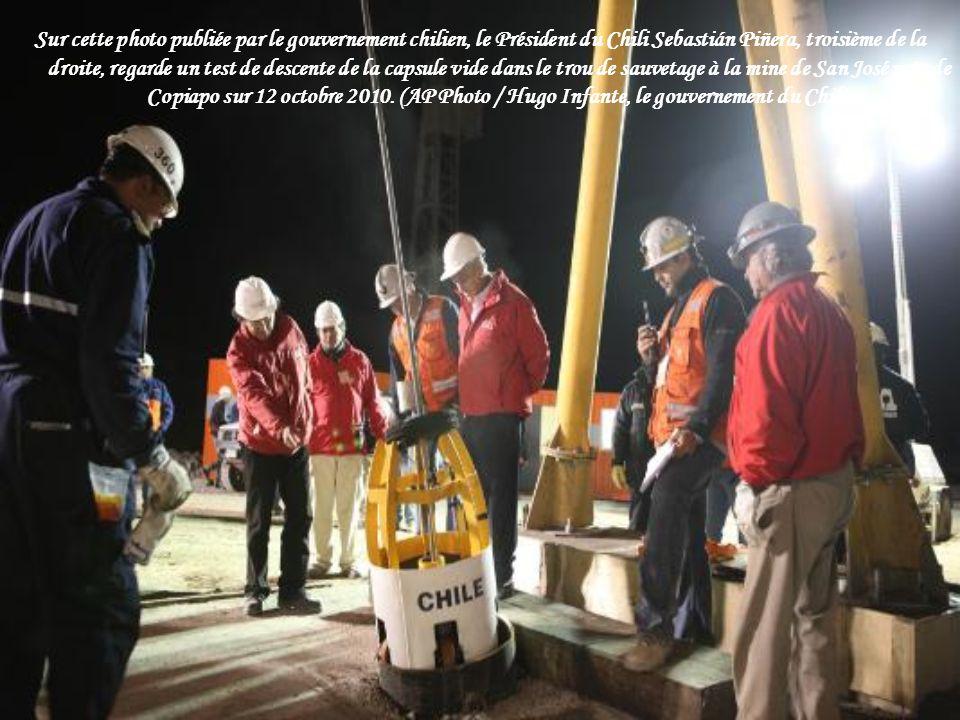 Sur cette photo publiée par le gouvernement chilien, le Président du Chili Sebastián Piñera, troisième de la droite, regarde un test de descente de la capsule vide dans le trou de sauvetage à la mine de San José près de Copiapo sur 12 octobre 2010.