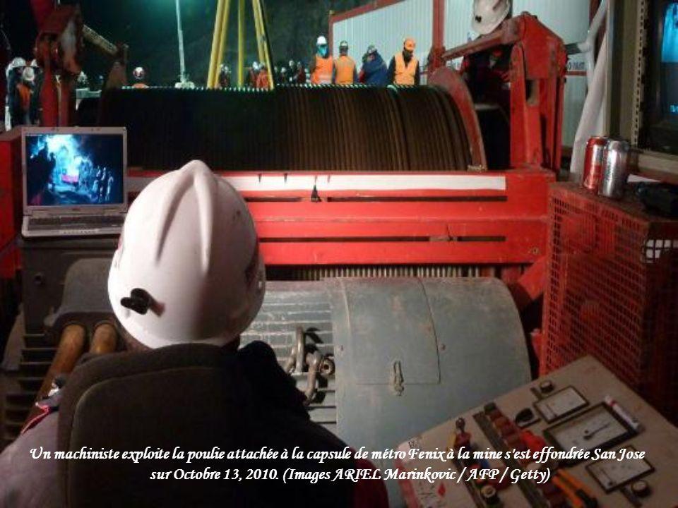 Un machiniste exploite la poulie attachée à la capsule de métro Fenix à la mine s est effondrée San Jose sur Octobre 13, 2010.