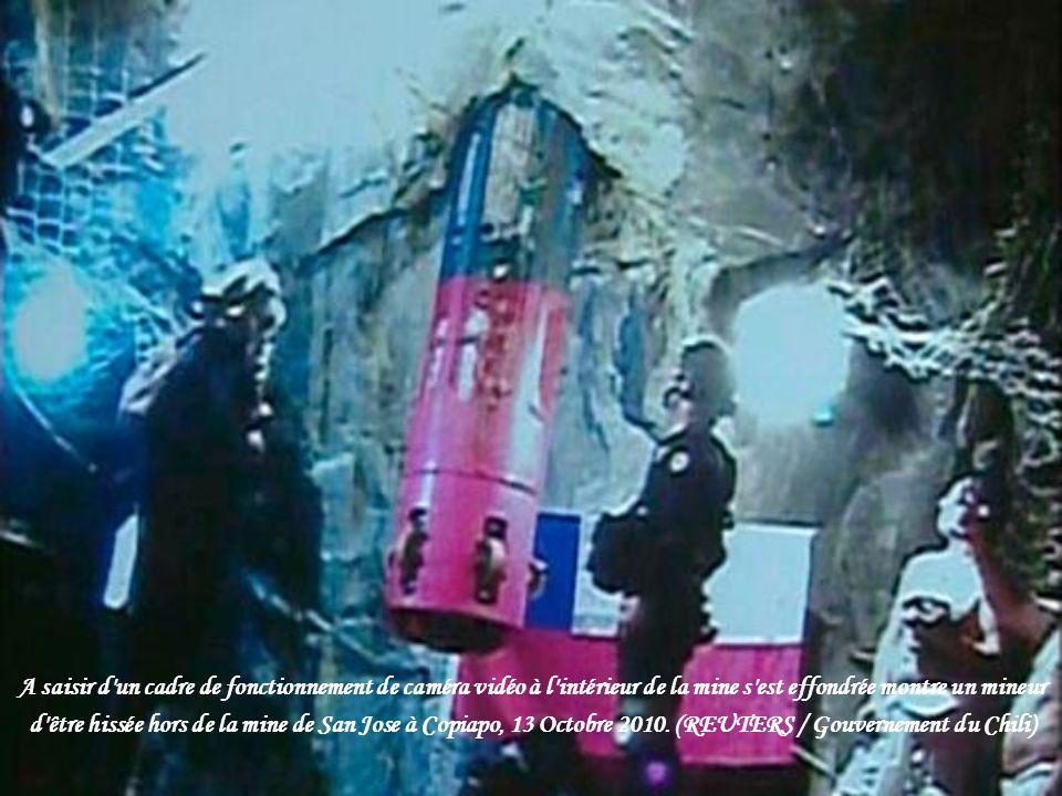 A saisir d un cadre de fonctionnement de caméra vidéo à l intérieur de la mine s est effondrée montre un mineur