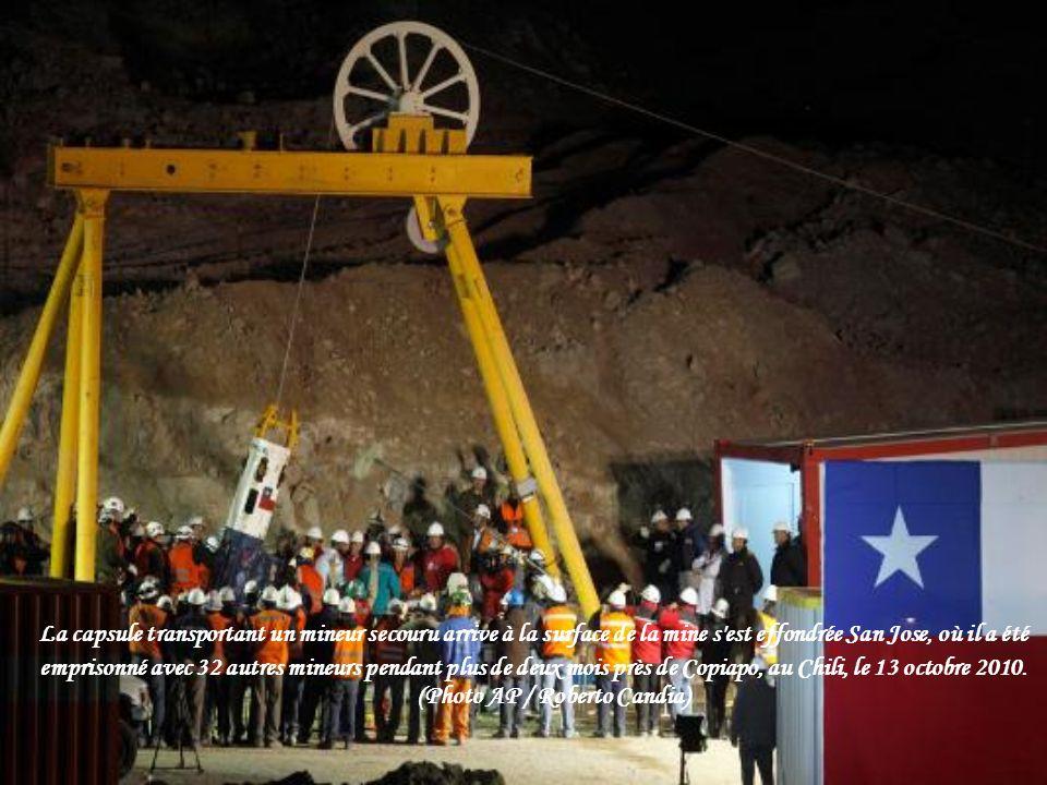 La capsule transportant un mineur secouru arrive à la surface de la mine s est effondrée San Jose, où il a été