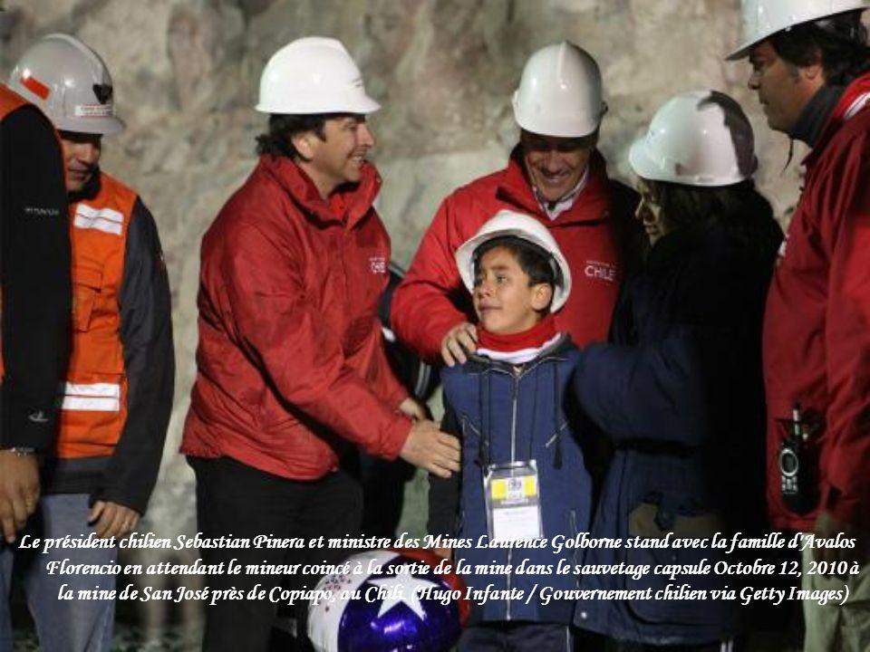 Le président chilien Sebastian Pinera et ministre des Mines Laurence Golborne stand avec la famille d Avalos Florencio en attendant le mineur coincé à la sortie de la mine dans le sauvetage capsule Octobre 12, 2010 à la mine de San José près de Copiapo, au Chili.