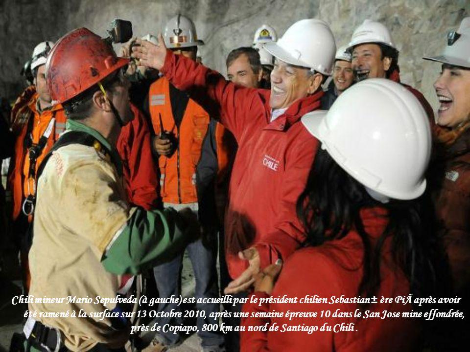 Chili mineur Mario Sepulveda (à gauche) est accueilli par le président chilien Sebastian ± ère Pià après avoir été ramené à la surface sur 13 Octobre 2010, après une semaine épreuve 10 dans le San Jose mine effondrée, près de Copiapo, 800 km au nord de Santiago du Chili .
