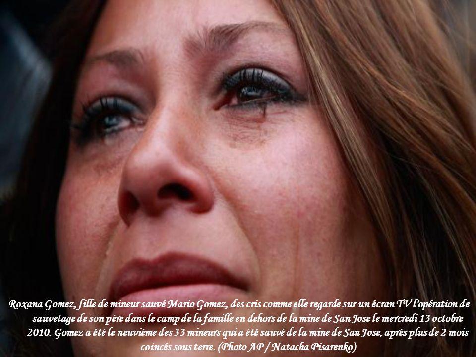 Roxana Gomez, fille de mineur sauvé Mario Gomez, des cris comme elle regarde sur un écran TV l opération de sauvetage de son père dans le camp de la famille en dehors de la mine de San Jose le mercredi 13 octobre 2010.