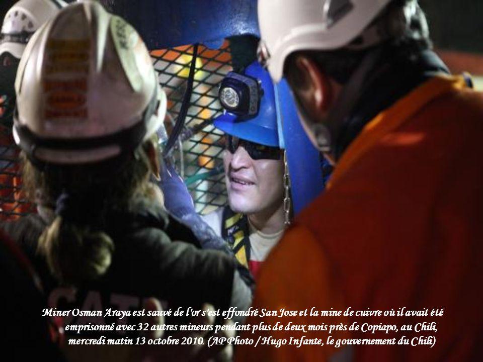 Miner Osman Araya est sauvé de l or s est effondré San Jose et la mine de cuivre où il avait été emprisonné avec 32 autres mineurs pendant plus de deux mois près de Copiapo, au Chili, mercredi matin 13 octobre 2010.