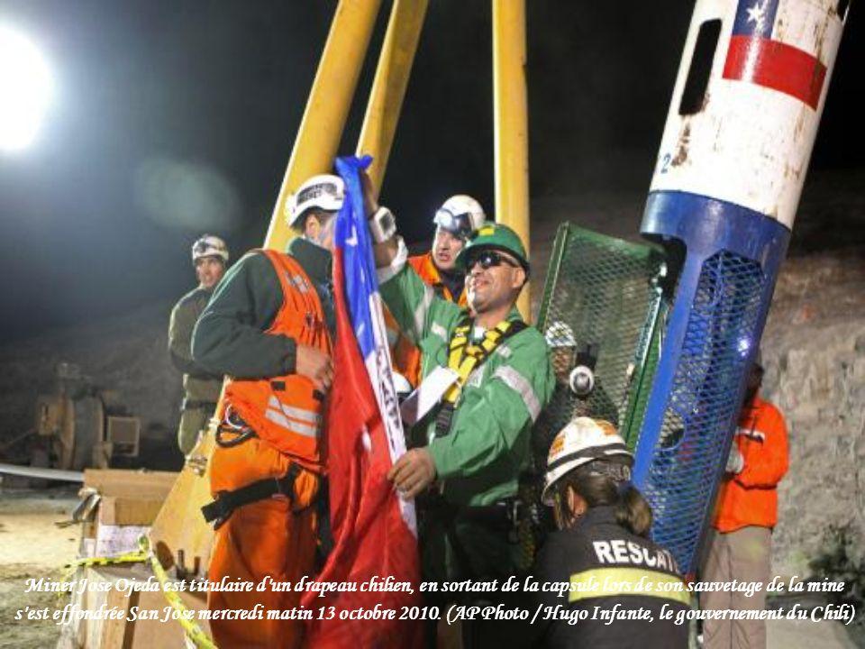 Miner Jose Ojeda est titulaire d un drapeau chilien, en sortant de la capsule lors de son sauvetage de la mine