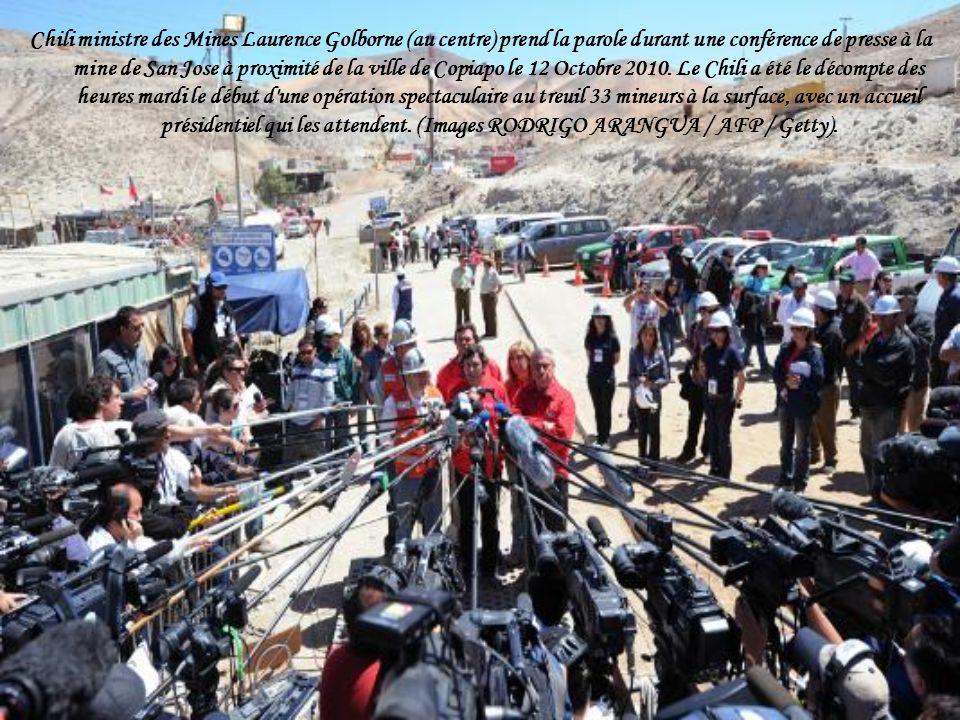 Chili ministre des Mines Laurence Golborne (au centre) prend la parole durant une conférence de presse à la mine de San Jose à proximité de la ville de Copiapo le 12 Octobre 2010.