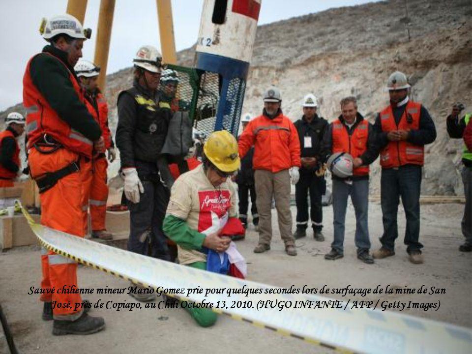 Sauvé chilienne mineur Mario Gomez prie pour quelques secondes lors de surfaçage de la mine de San José, près de Copiapo, au Chili Octobre 13, 2010.