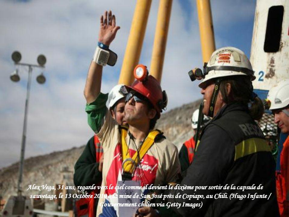 Alex Vega, 31 ans, regarde vers le ciel comme il devient le dixième pour sortir de la capsule de sauvetage, le 13 Octobre 2010 à la mine de San José près de Copiapo, au Chili.