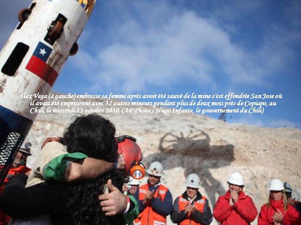 Alex Vega (à gauche) embrasse sa femme après avoir été sauvé de la mine s est effondrée San Jose où il avait été emprisonné avec 32 autres mineurs pendant plus de deux mois près de Copiapo, au Chili, le mercredi 13 octobre 2010.