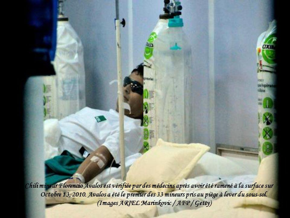 Chili mineur Florencio Avalos est vérifiée par des médecins après avoir été ramené à la surface sur Octobre 13, 2010.