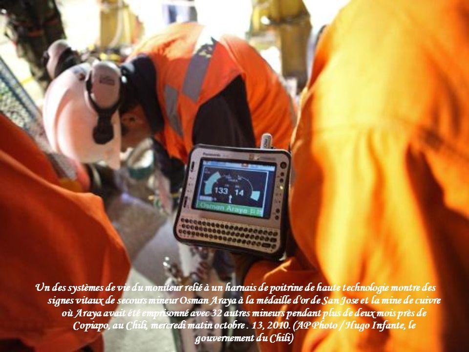 Un des systèmes de vie du moniteur relié à un harnais de poitrine de haute technologie montre des signes vitaux de secours mineur Osman Araya à la médaille d or de San Jose et la mine de cuivre où Araya avait été emprisonné avec 32 autres mineurs pendant plus de deux mois près de Copiapo, au Chili, mercredi matin octobre .