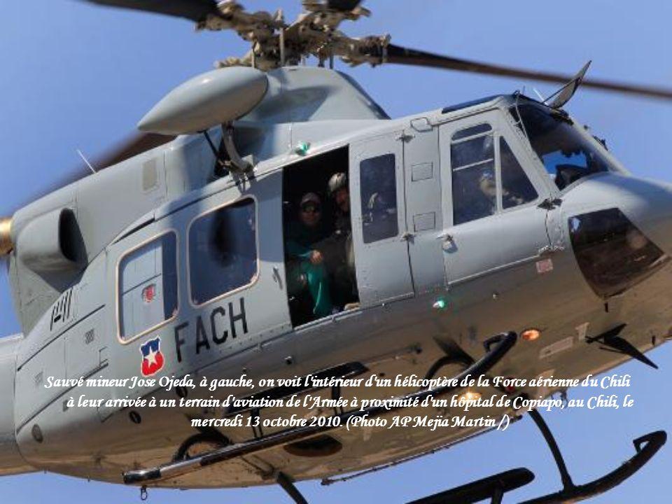 Sauvé mineur Jose Ojeda, à gauche, on voit l intérieur d un hélicoptère de la Force aérienne du Chili à leur arrivée à un terrain d aviation de l Armée à proximité d un hôpital de Copiapo, au Chili, le mercredi 13 octobre 2010.