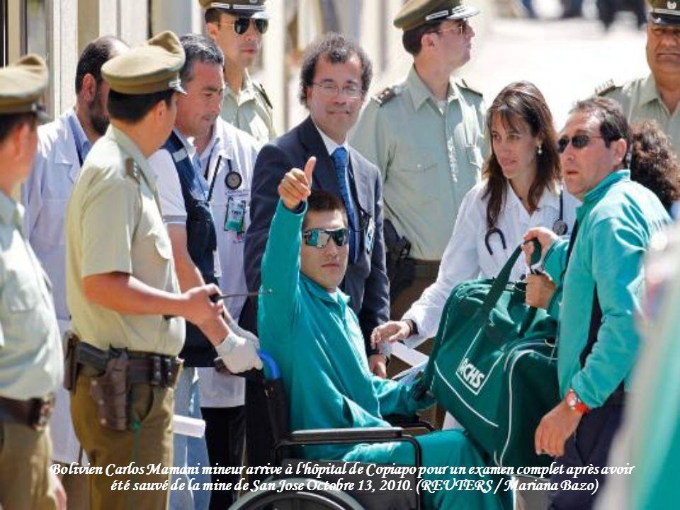 Bolivien Carlos Mamani mineur arrive à l hôpital de Copiapo pour un examen complet après avoir été sauvé de la mine de San Jose Octobre 13, 2010.