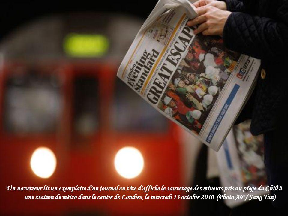 Un navetteur lit un exemplaire d un journal en tête d affiche le sauvetage des mineurs pris au piège du Chili à une station de métro dans le centre de Londres, le mercredi 13 octobre 2010.