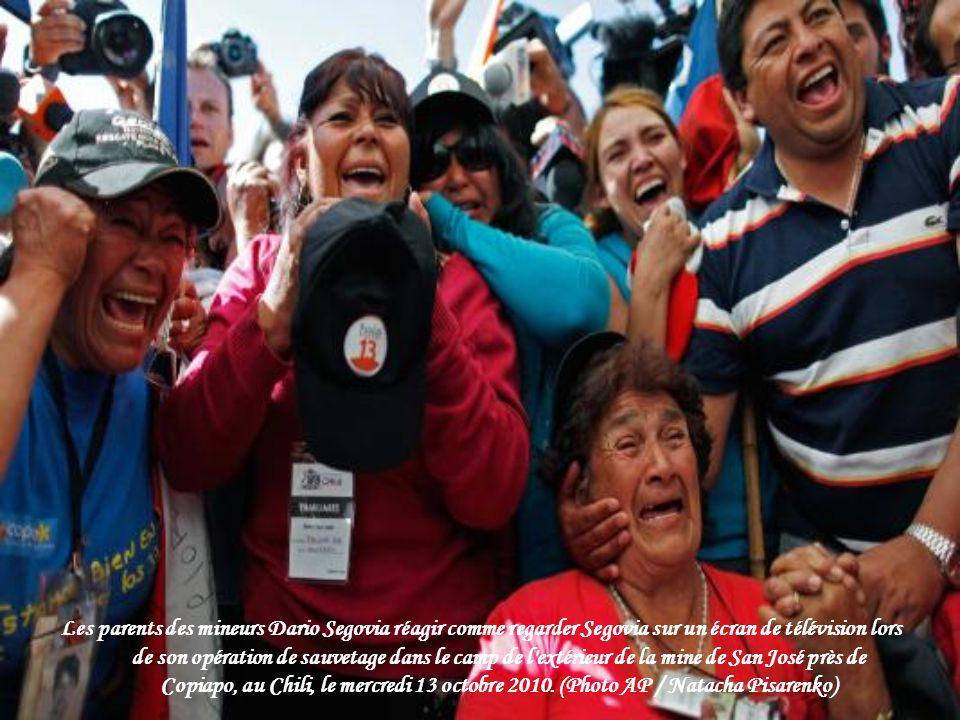 Les parents des mineurs Dario Segovia réagir comme regarder Segovia sur un écran de télévision lors de son opération de sauvetage dans le camp de l extérieur de la mine de San José près de Copiapo, au Chili, le mercredi 13 octobre 2010.