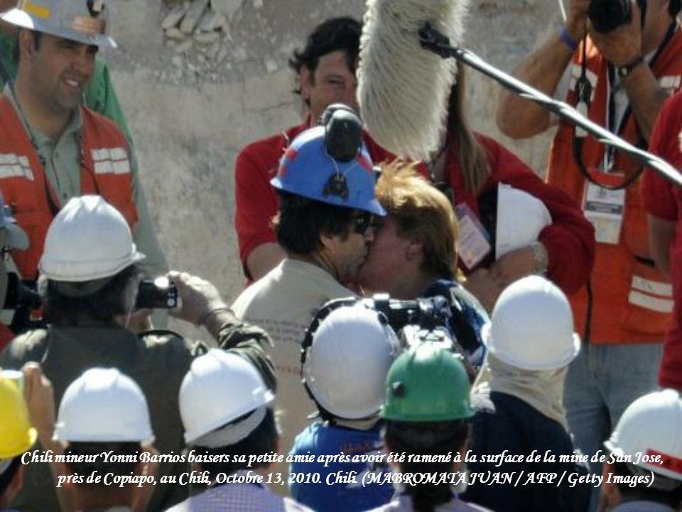 Chili mineur Yonni Barrios baisers sa petite amie après avoir été ramené à la surface de la mine de San Jose, près de Copiapo, au Chili, Octobre 13, 2010.