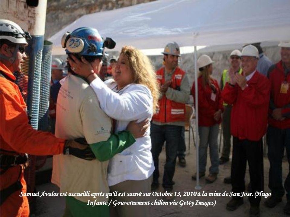 Samuel Avalos est accueilli après qu il est sauvé sur Octobre 13, 2010 à la mine de San Jose.