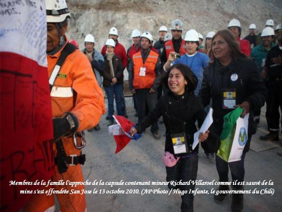 Membres de la famille l approche de la capsule contenant mineur Richard Villaroel comme il est sauvé de la mine s est effondrée San Jose le 13 octobre 2010.