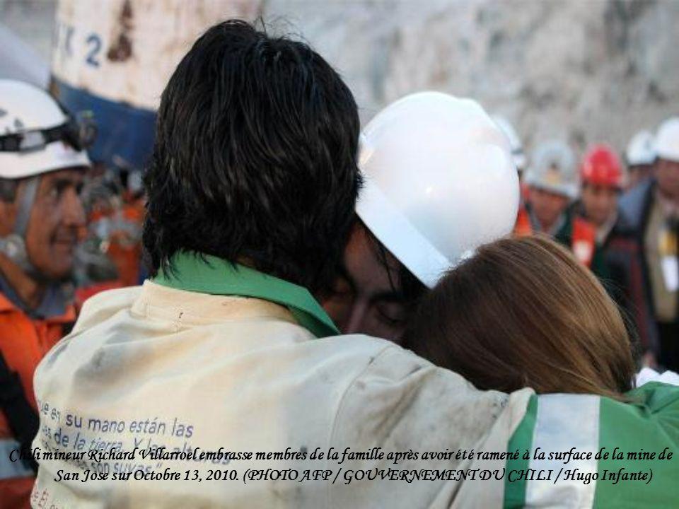 Chili mineur Richard Villarroel embrasse membres de la famille après avoir été ramené à la surface de la mine de San Jose sur Octobre 13, 2010.