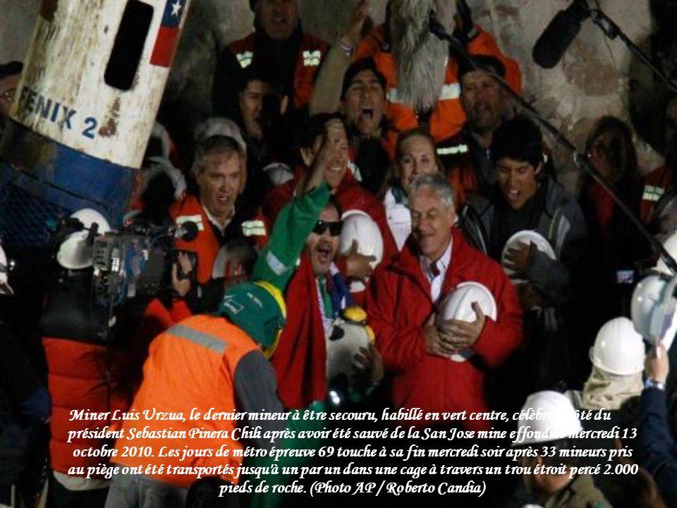Miner Luis Urzua, le dernier mineur à être secouru, habillé en vert centre, célèbre à côté du président Sebastian Pinera Chili après avoir été sauvé de la San Jose mine effondrée mercredi 13 octobre 2010.