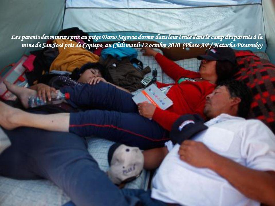 Les parents des mineurs pris au piège Dario Segovia dormir dans leur tente dans le camp des parents à la mine de San José près de Copiapo, au Chili mardi 12 octobre 2010.
