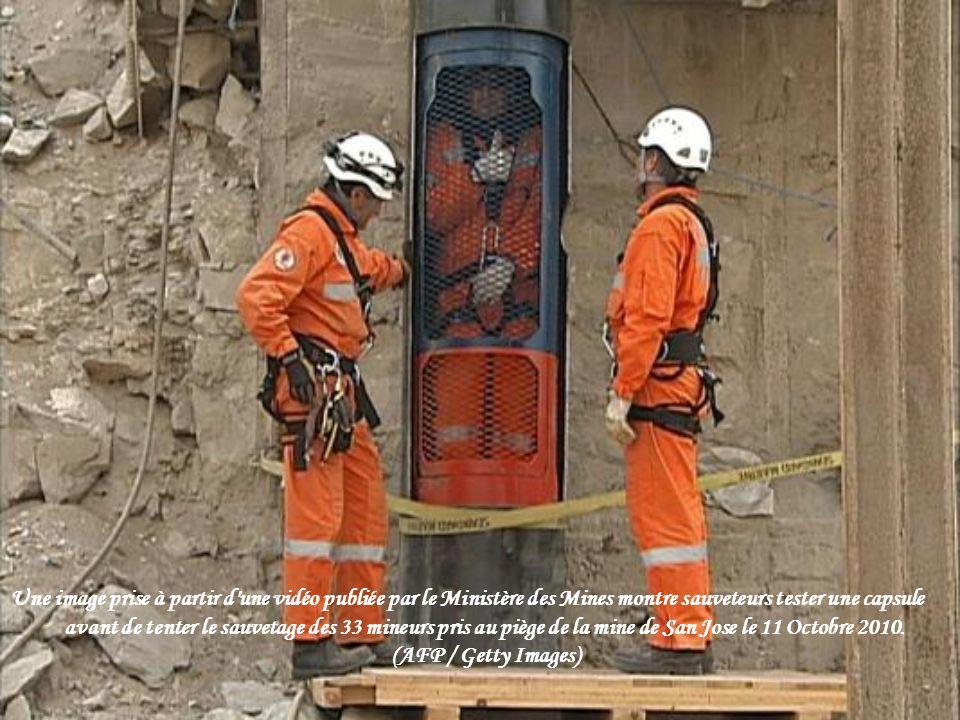 Une image prise à partir d une vidéo publiée par le Ministère des Mines montre sauveteurs tester une capsule avant de tenter le sauvetage des 33 mineurs pris au piège de la mine de San Jose le 11 Octobre 2010.