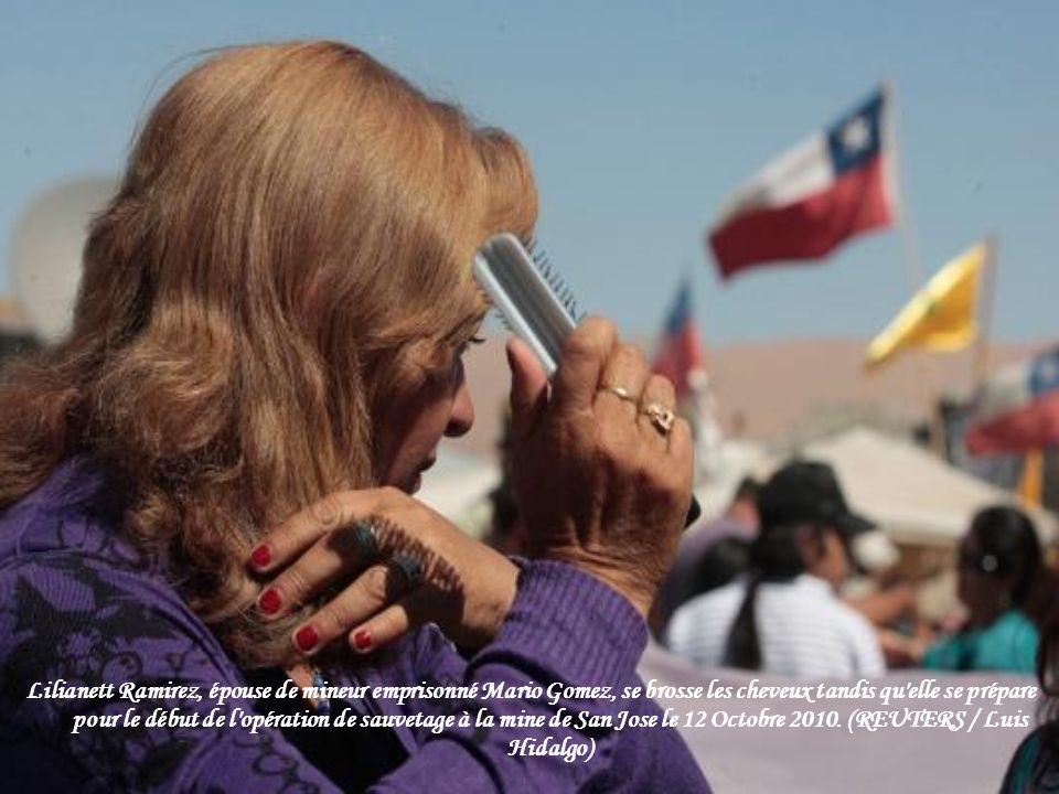 Lilianett Ramirez, épouse de mineur emprisonné Mario Gomez, se brosse les cheveux tandis qu elle se prépare pour le début de l opération de sauvetage à la mine de San Jose le 12 Octobre 2010.