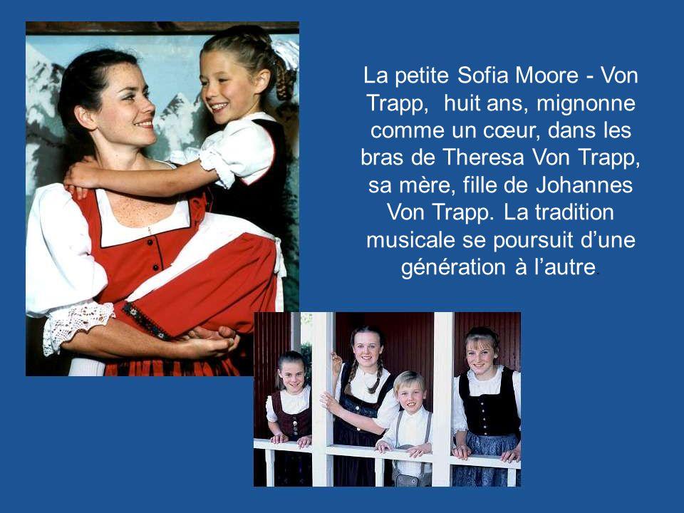 La petite Sofia Moore - Von Trapp, huit ans, mignonne comme un cœur, dans les bras de Theresa Von Trapp, sa mère, fille de Johannes Von Trapp.