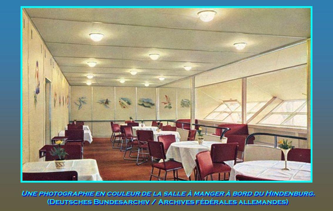 Une photographie en couleur de la salle à manger à bord du Hindenburg
