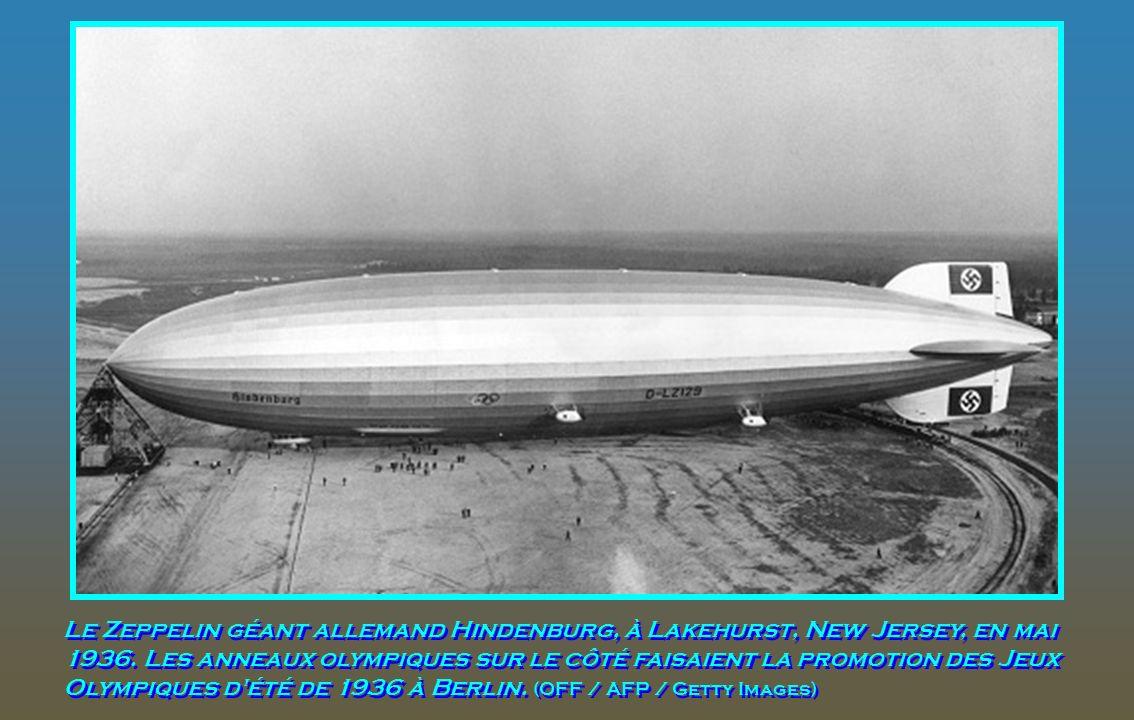 Le Zeppelin géant allemand Hindenburg, à Lakehurst, New Jersey, en mai 1936.