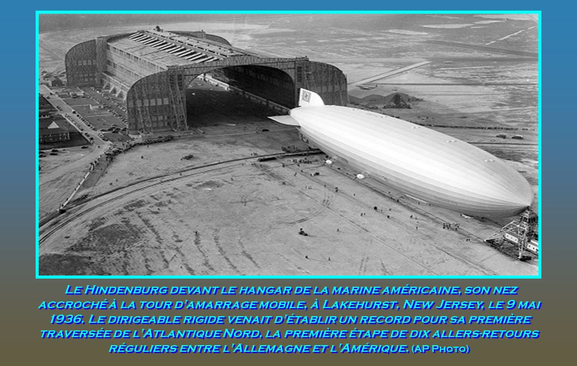 Le Hindenburg devant le hangar de la marine américaine, son nez accroché à la tour d amarrage mobile, à Lakehurst, New Jersey, le 9 mai 1936.